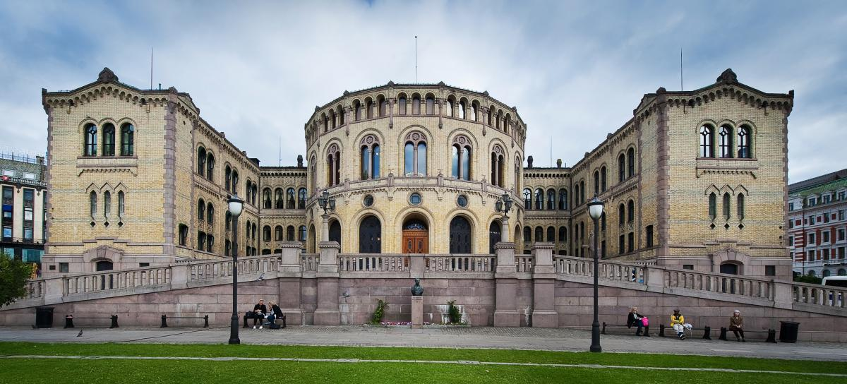 Av Stortinget,_Oslo,_Norway.jpg: gcardinal from Norway - Stortinget,_Oslo,_Norway.jpg, CC BY 2.0, https://commons.wikimedia.org/w/index.php?curid=8811737