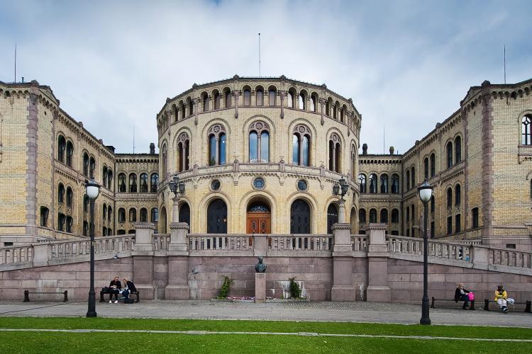 Av Stortinget,_Oslo,_Norway.jpg: gcardinal from Norway - Stortinget,_Oslo,_Norway.jpg, CC BY 2.0, https://commons.wikimedia.org/w/index.php?curid=8811737